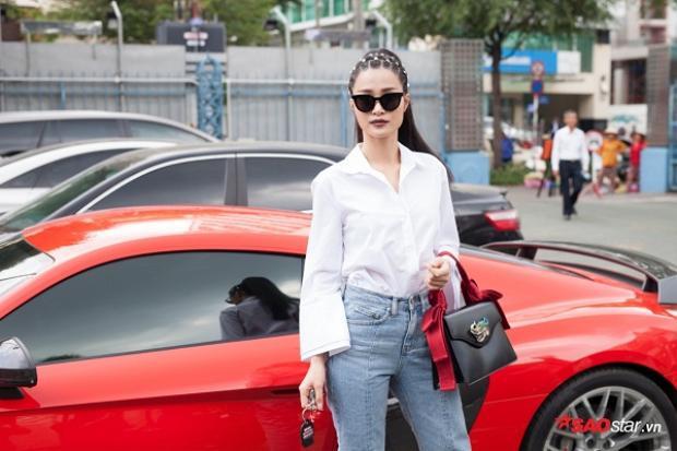 Dường như, lần xuất hiện gần đây Đông Nhi luôn lựa chọn những chiếc túi xách hiệu nhằm thể hiện hình ảnh sành điệu hơn trong mắt công chúng.