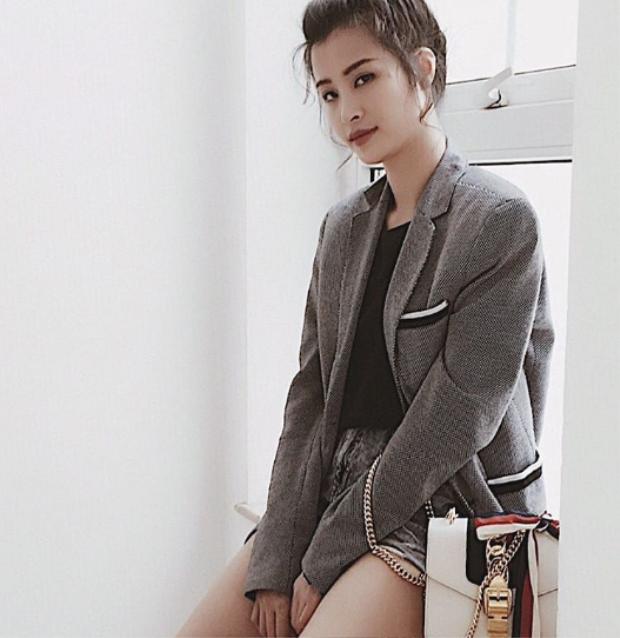 Đông Nhi cũng bị mẫu túi Gucci Lather White mê hoặc như bao cô nàng khác.Chiếc túi có giá 2000 USD (khoảng hơn 60 triệu đồng).