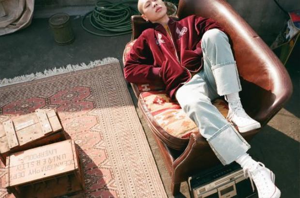 Bộ đôi bomber, áo bóng chày cùng quần lật gấu cũng chính là những items làm nên hình tượng đặc trưng cho Oh Hyuk.