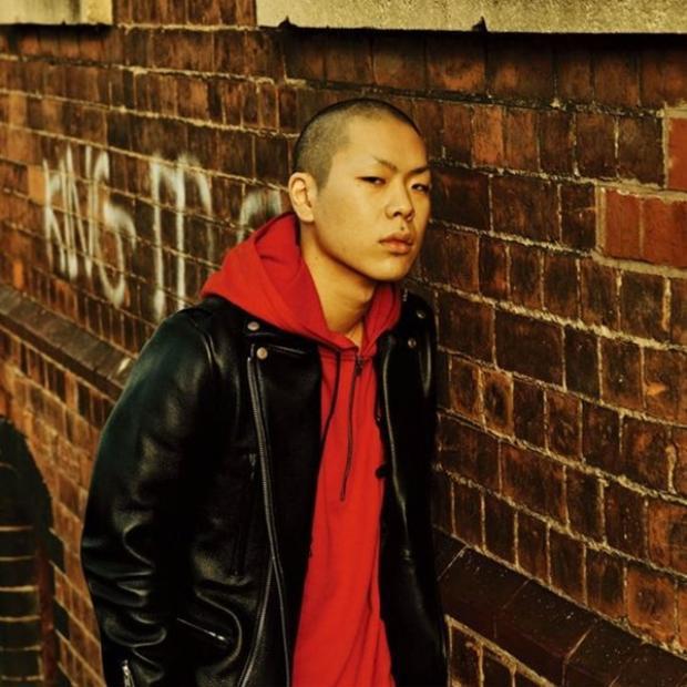 Bí quyết của Oh Hyukrất đơn giản, hãy chọn hoodie với bất kì màu gì bạn thích, càng nổi càng hiệu quả cao.