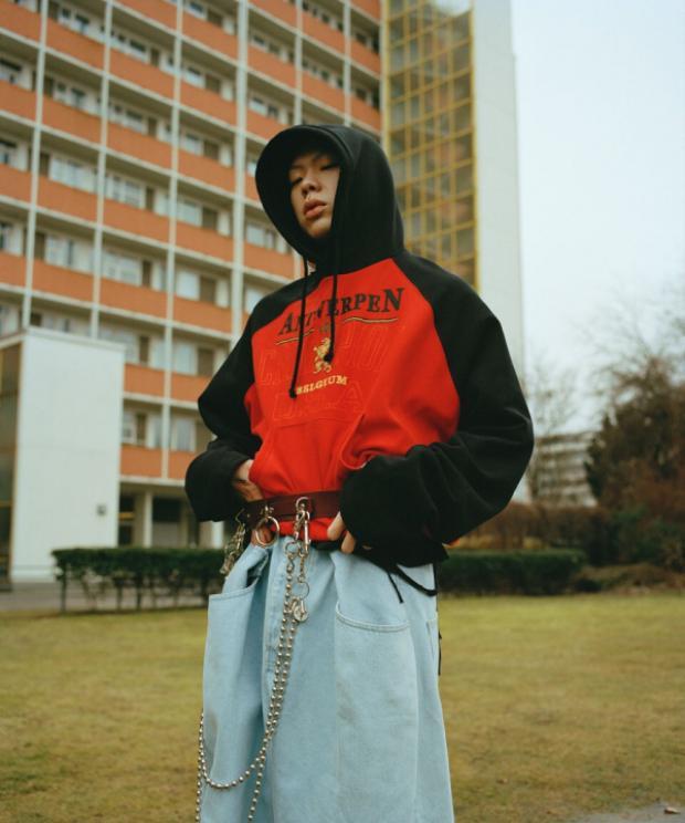 Chiếc hoodie từ thương hiệu Vetements x Champion cùng quần thụng quá cỡ, liệu bao nhiêu người có thể mặc trang phục chất như chàng ca sĩ này.