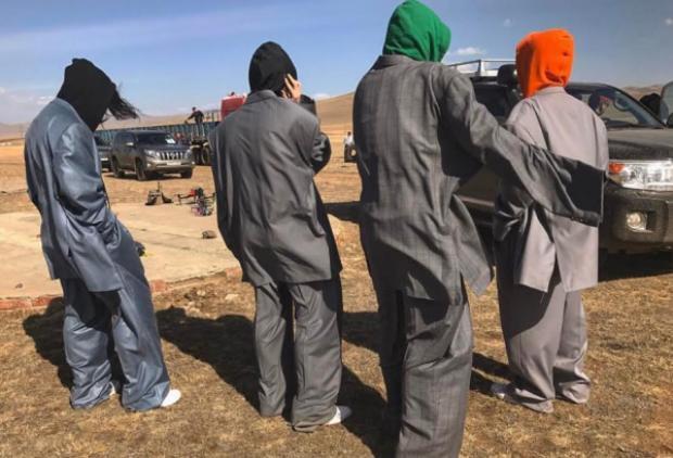 Hình ảnh mới nhất của nhóm Huyk Oh trong MV Wanli,các chàng trai đã mạnh tay phối hoodie nổi bật bên trong với nguyên cây suitthùng thình, rõ ràng cá tính từ trưởng nhóm cho đến các thành viên còn lại.