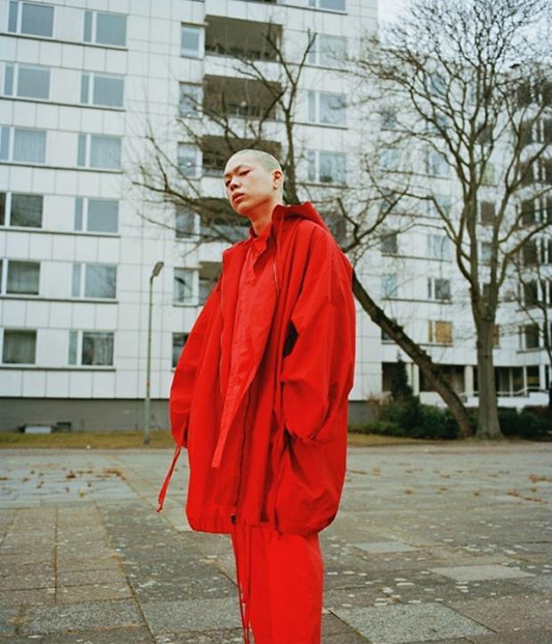 Nguyên cây oversized đỏ rực, từ áo trong cho đến áo khoác hay cả quần cũng thùng thình thế này vậy mà ngầu khó cưỡng.