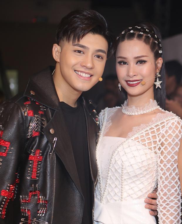 Mặc cho tin đồn bất hòa, Noo Phước Thịnh và Đông Nhi vẫn vui vẻ cùng nhau trong hậu trường ghi hình vòng Bán kết Giọng hát Việt 2017vào chiều 3/5.