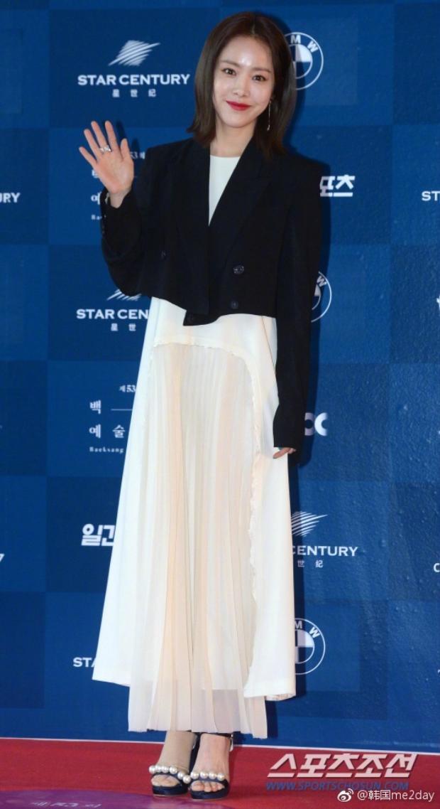 Han Ji-min, bạn diễn thân thiện nhất mà Park Yoochun từng gặp nổi bật với thiết kế trắng đen tại sự kiện.Từ sau bộ phim truyền hình Rooftop Prince, cô đã giành được nhiều lời khen ngợi từ người hâm mộ và chuyên gia về phim ảnh hơn bao giờ hết.