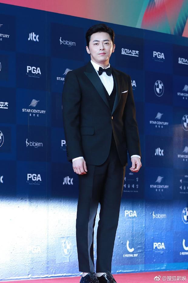 Khởi nghiệp là một biên kịch, sau đó lấn sân sang diễn xuất, nam tài tử hợp tác với không ít người đẹp xứ Hàn, anh cũng được bạn diễn trêu ghẹo vì thích nói nhiều.