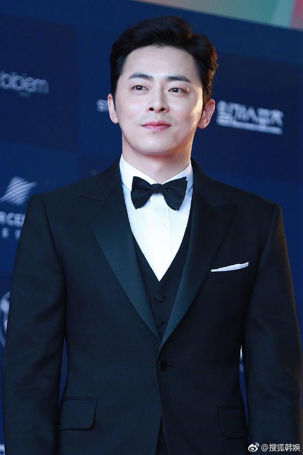 Jo Jung-suk đẹp trai ngời ngời trong vest đen thẳng tắp.
