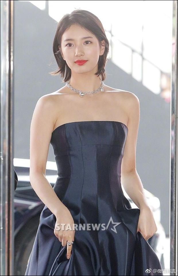 """Có mặt sớm tại thảm đỏ, Suzy thành công """"đóng đinh"""" ánh nhìn của người hâm mộ."""