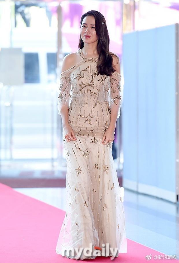 Nữ diễn viên Hương mùa hè Son Ye Jin đầy thanh lịch và đầm thắm khi bước trên thảm đỏ.