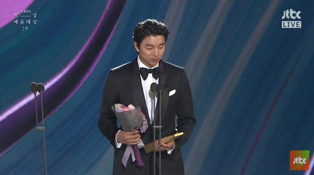 Lễ trao giải Baeksang 2017: Trượt giải phim hay nhất, Goblin vẫn mang về tượng vàng cho Gong Yoo và biên kịch Kim Eun Sook