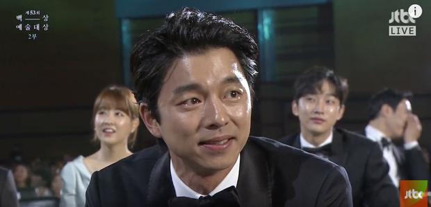 Gong Yoo xúc động rưng rưng khi nhìn đàn chị lên nhận giải.
