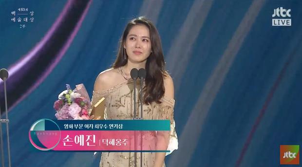 Son Ye Jin bật khóc trên sân khấu trao giải Baeksang.