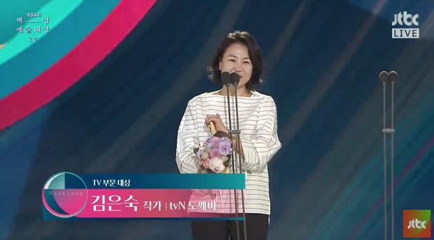 Biên kịch vàng Kim Eun Sook rất xứng đáng với giải thưởng Daesang cao quý đêm nay. Trong suốt cuộc đời cầm bút, bà là mẹ đẻ của nhiều tác phẩm truyền hình danh giá, tạo nên cơn sốt khắp châu Á.