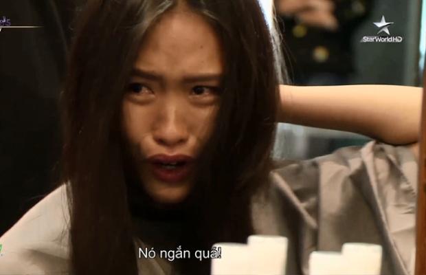"""Nếu như năm ngoái, Mai Ngô khóc nấc vì mái tóc kỷ niệm dành cho bố cô bị cắt phăng thì năm nay, Clara sợ mái tóc """"không quá ngắn"""" của mình sẽ khiến bạn trai chia tay cô…"""