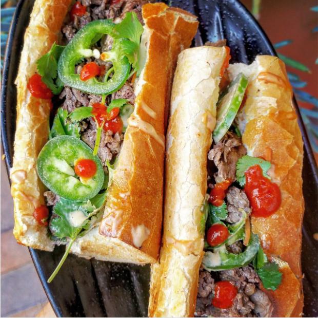 Bánh mì nhân thịt bò cùng ớt xanh.