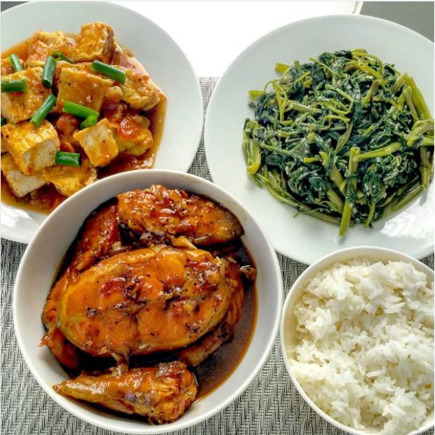 Thực đơn có trong bữa cơm hàng ngày của bao gia đình Việt : đậu phụ sốt cà chua, rau muống xào tỏi, cá kho và cơm trắng.