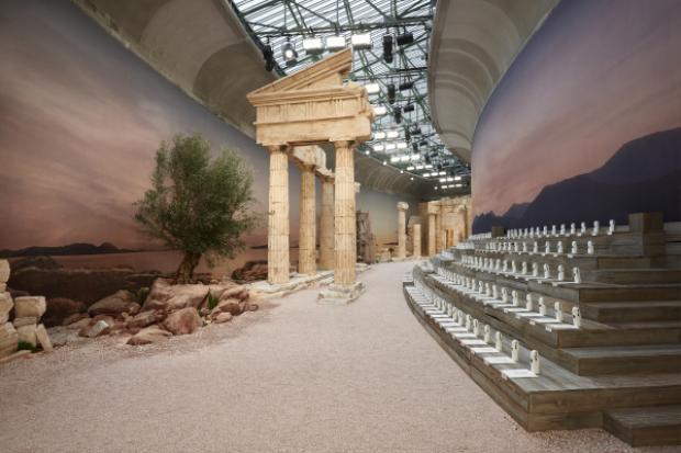 Chanel đã thiết kế sàn diễn của mình trở thành những đềnthờ các vị thần tại đất nước Hy Lạp cổ.
