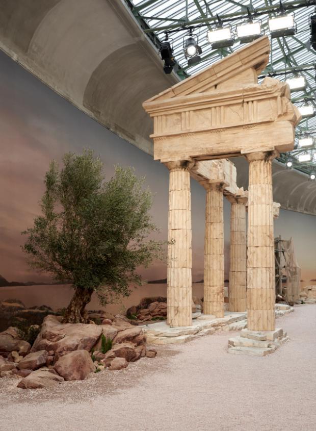 Ông Hoàng Karl Lagerfeld đã đưa người xem đến với những miền ký ức của nền văn hóa cổ đại.