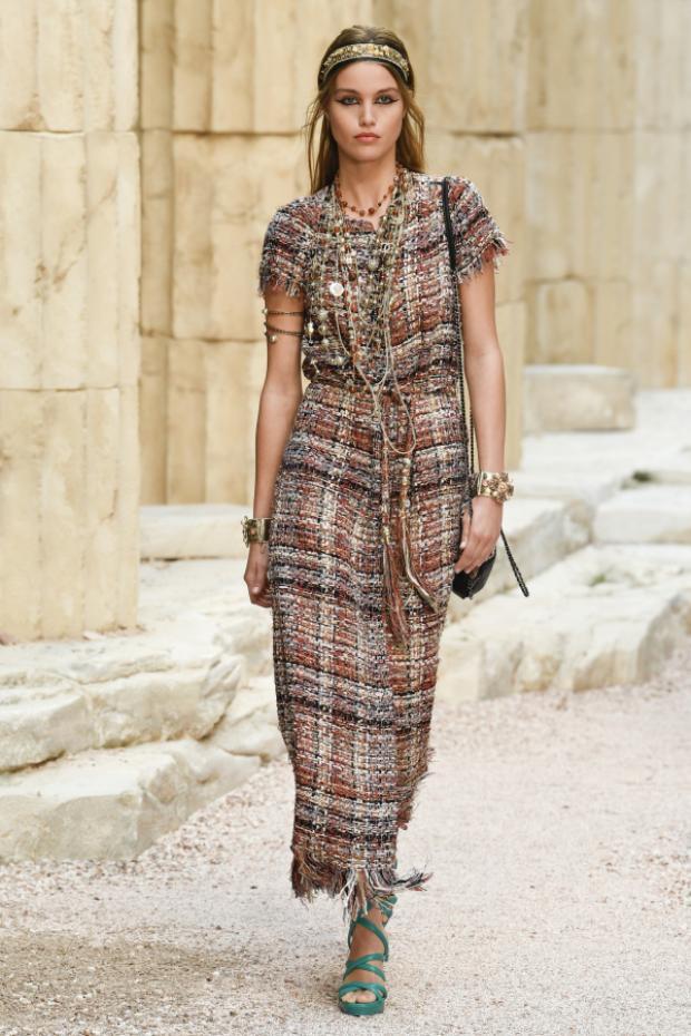 Những mẫu váy dài cùng điểm nhấn nhẹ nhàng ngay phần eo cũng giúp phái nữ thể hiện rõ độ sành điệu và vẻ nữ tính của chính mình khi hòa phối trang phục trên nền chất liệu vải Tweed.