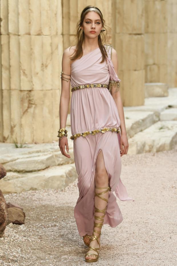 """Những mẫu váy nhẹ nhàng với phom dáng thoải mái sẽ khiến giới mộ điệu liên tưởng ngay đến hình ảnh các """"nữ thần"""" trên đỉnh Olympus."""