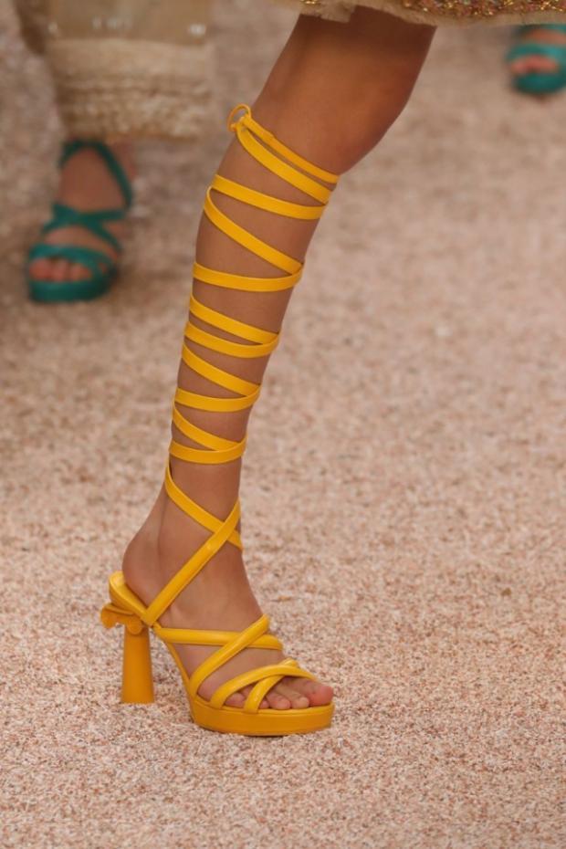 Điểm nhấn trong bộ sưu tập này đến từ những đôi giày sandals chiến binh sắc màu độc đáo.