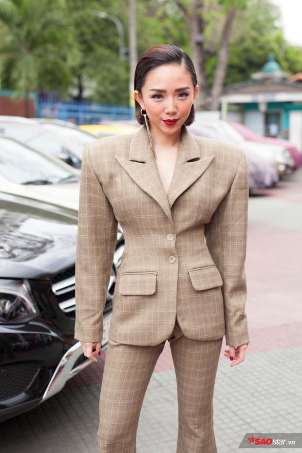 Tóc Tiên trong bộ suit gây tranh cãi vào buổi ghi hình Bán kết The Voice hôm qua.