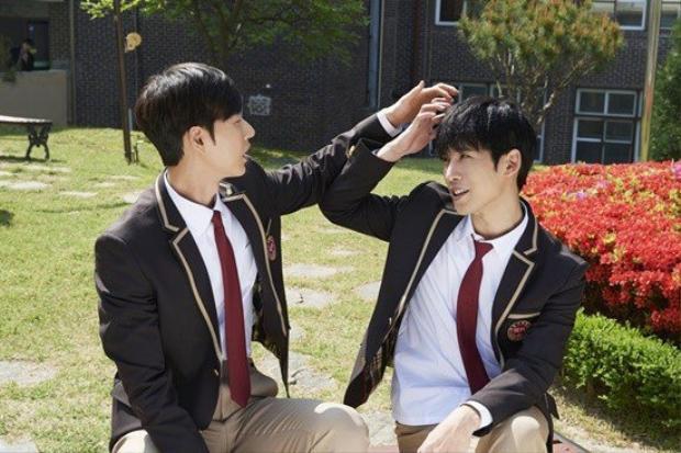 Park Hae Jin trẻ như một nam sinh thứ thiệt khi khoác lên mình bộ đồng phục, mặc dù ngoài đời anh đã bước qua ngưỡng tuổi 30 từ lâu rồi.
