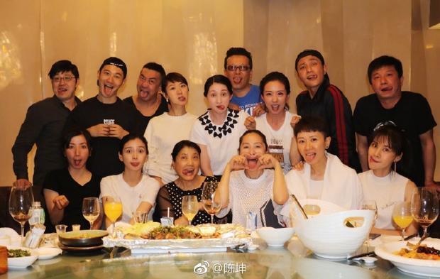 Các thành viên khóa 96 Khoa Diễn xuất thuộc Học viện Điện ảnh Bắc Kinh cùng nhau làm trò ngộ nghĩnh.