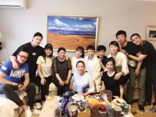 Huỳnh Hiểu Minh dẫn Angelababy đến tham dự. Tiếc rằng, buổi họp mặt này lại không có Triệu Vy.