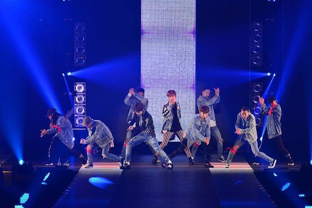 Nhóm lần đầu thể hiện ca khúc Ka-Ching! với vũ đạo mạnh mẽ.