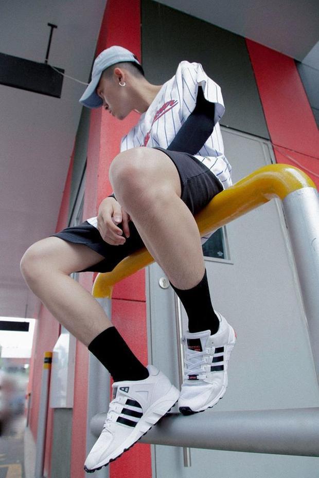 Trang phục của anh chàng luôn đề cao sự tiện lợi, năng động và phải mát mẻ vào thời tiết mùa hè quá đỗi nóng nực này.