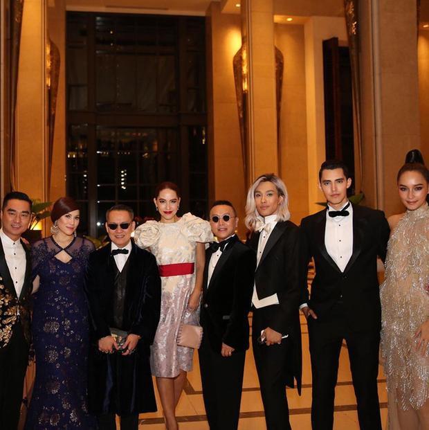 Luis (thứ hai từ bên phải), đứng cạnh cùng HLV Bee Namthip và nhà sản xuất Tae Piyarat.