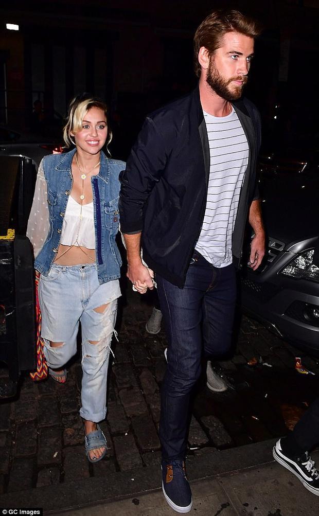 Miley Cyrus và Liam Hemsworth vui vẻ nắm tay nhau hồi 9/2016 sau 3 năm kể từ ngày tuyên bố hủy hôn.