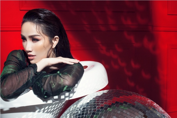 """Bên cạnh MV Lyrics, Bảo Thy cùng ekip cũng thực hiện một bộ ảnh mới với concept """"Lady in Red""""."""