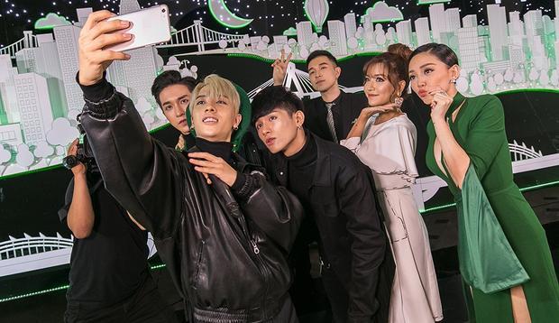 Các nghệ sĩ cùng nhau selfie trên sân khấu.