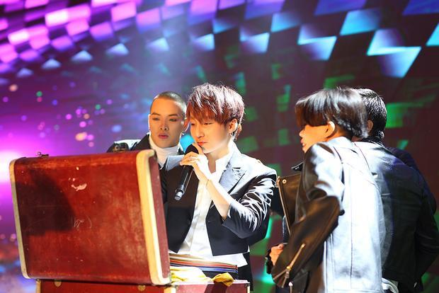 Sơn Tùng khiến người hâm mộ thích thú khi trình diễn ảo thuật ngay trên sân khấu.