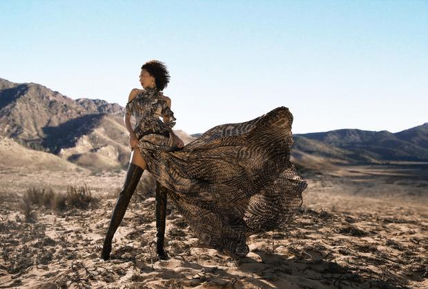 Những đường cong nóng bỏng cùng sự lạnh lùng của nàng siêu mẫu tạo nên vẻ đối lập thú vị mà cũng đầy hòa hợp cho bộ hình.