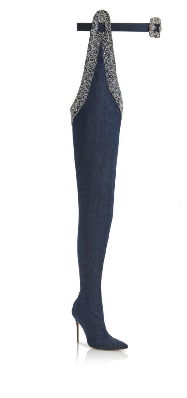 Đôi boots dáng dài có đai thắt và được nạm đá sang chảnh khiến bạn nhìn là mê và mong muốn được xỏ chân vào một lần. Đây chính là mẫu thiết kế trong lần hợp tác giữa cô cùng thương hiệuManolo Blahnik.