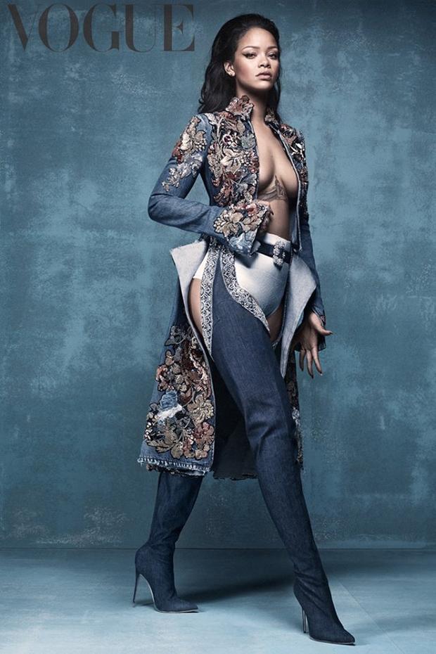 Một phiên bản khác của Rihanna khi cô xuất hiện trên tạp chí Vogue với phong cách pha chút cổ điển khi khoác một chiếc áo hở ngực họa tiết hoa văn ấn tượng.