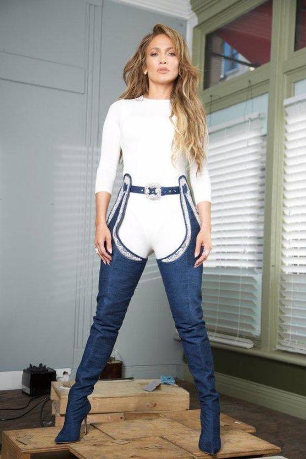 Phối hợp cả set trắng như Jennifer Lopez, các nàng đã đủ tự tin?