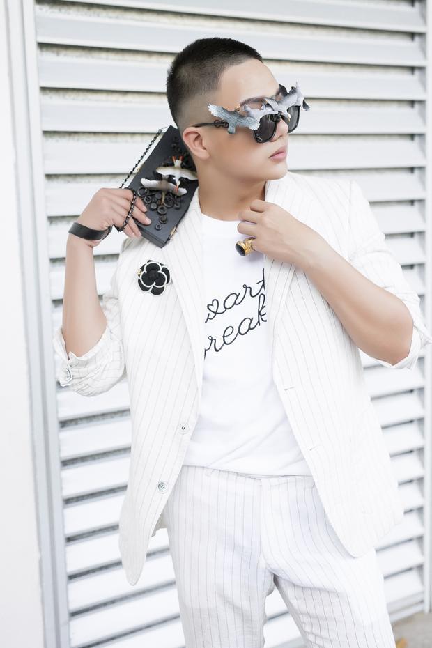 Vừa chớm hè Duy Khánh đã bỏ hình tượng tà áo thướt tha, chọn ngay mốt trọc tóc
