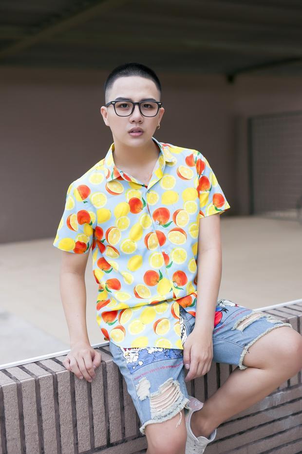 Trên nền xanh pastel ngọt ngào, họa tiết quả cam màu vàng rực rỡ giúp Duy Khánh trở nên nổi bật khi xuống phố.