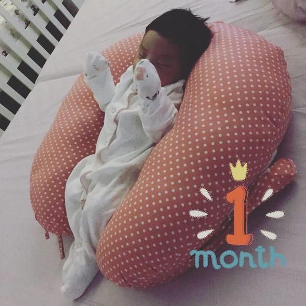 Phạm Quỳnh Anh thi thoảng khoe ảnh con gái thứ hai nhưng chọn góc chụp không rõ mặt.