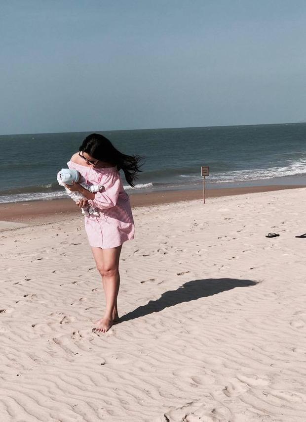 Bé An được mẹ cho đi biển cùng gia đình.