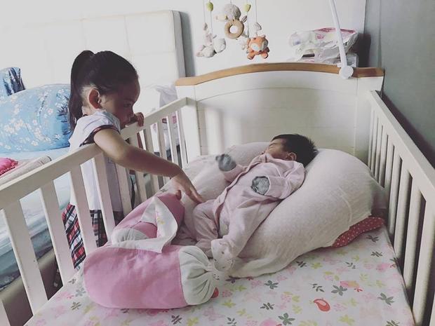 Từ khi lên chức chị, Tuệ Lâm tỏ ra rất người lớn và thường xuyên chăm sóc em.