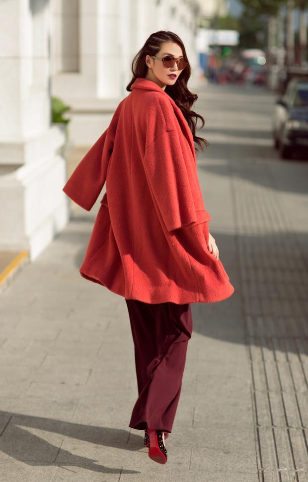 Bằng những cách phối đồ đậm chất Hàn, Khánh My mang đến cho các cô gái những gợi ý hợp xu hướng. Cô đồng thời cũng khẳng định mình là một mảnh ghép riêng biệt trong bản đồ street style ở Vbiz.
