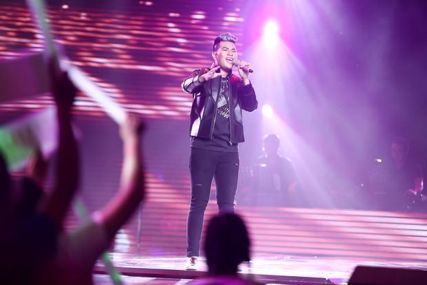 """Hotboy The Voice Kids - Anh Đạt thể hiện ca khúc """"gây bão"""" trong thời gian qua mang tên Não cá vàng.Mỗi người là một màu sắc, một cá tính âm nhạc khác nhau, tất cả sẽ cùng tạo nên một đêm thi khiến khán giả sẽ không thất vọng."""
