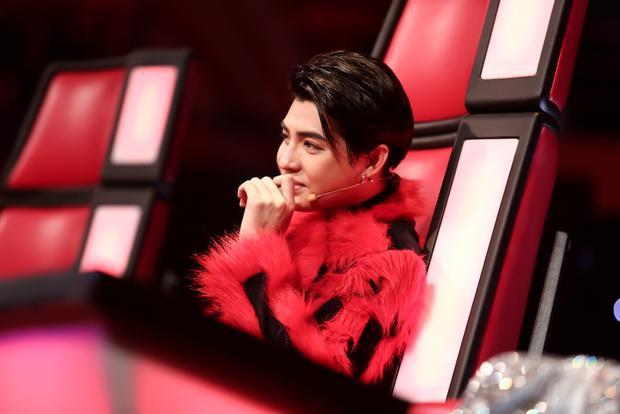 Soái ca Ali Hoàng Dương mang âm nhạc của The Remix làm tưng bừng sân khấu The Voice