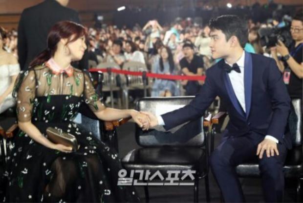 Nắm tay người bạn Park Shin Hye.