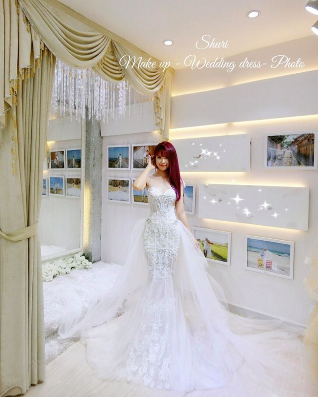 Bộ váy còn thiết kế thêm thêm một đuôi rời để cô dâu Khởi My lắp vào mặc được 2 kiểu.
